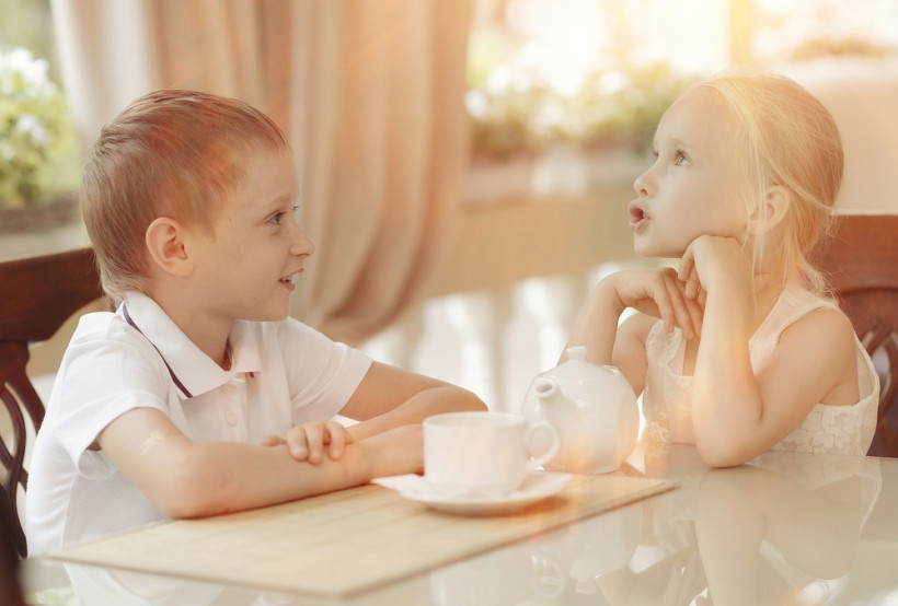 Парочка детей за столом