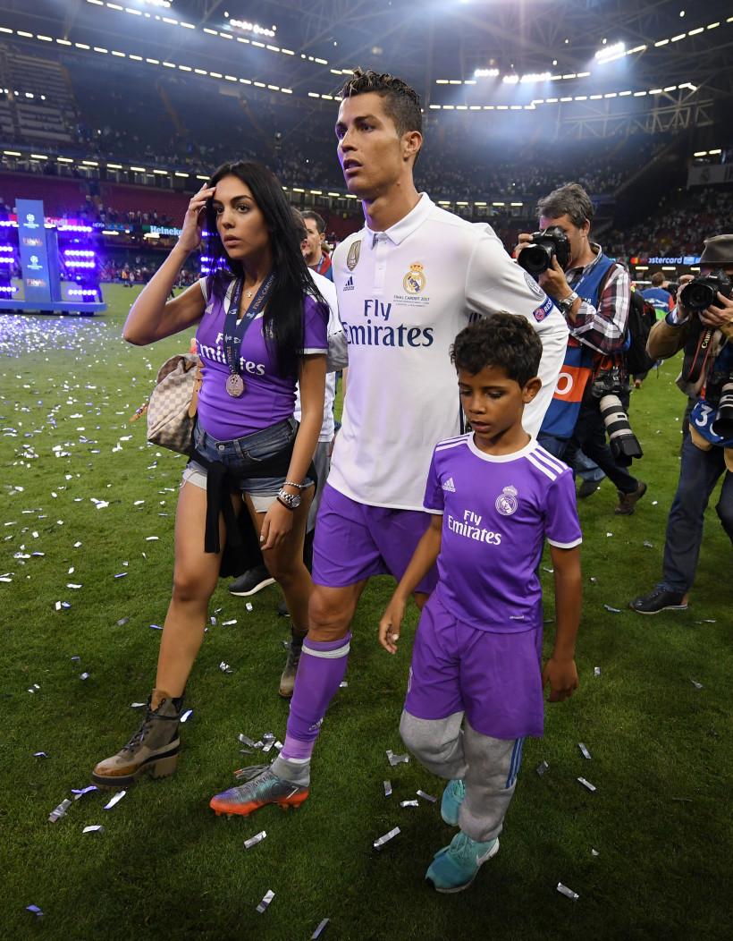 Криштиану Роналду с сыном и невестой