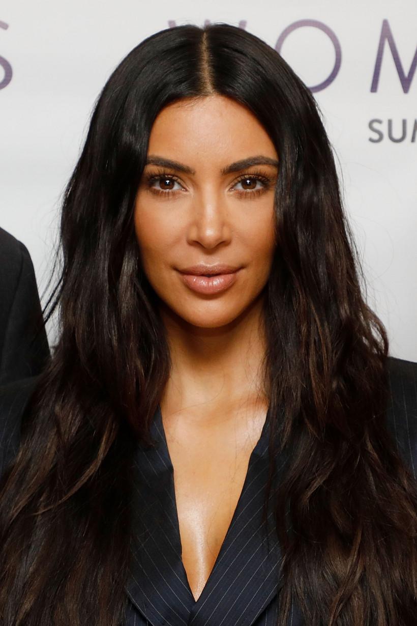 Ким Кардашьян  в деловом костюме