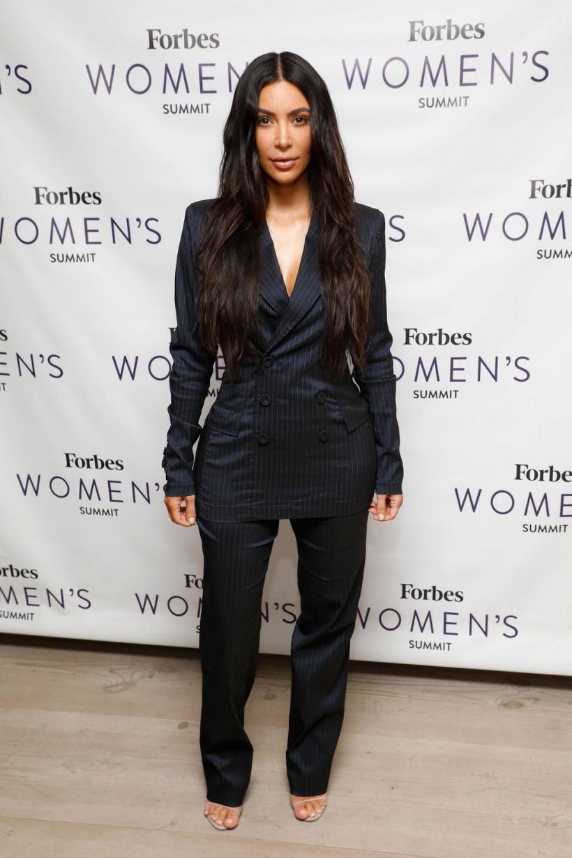 Ким Кардашьян в костюме