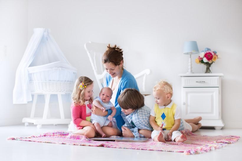 Многодетная мама играет с детьми