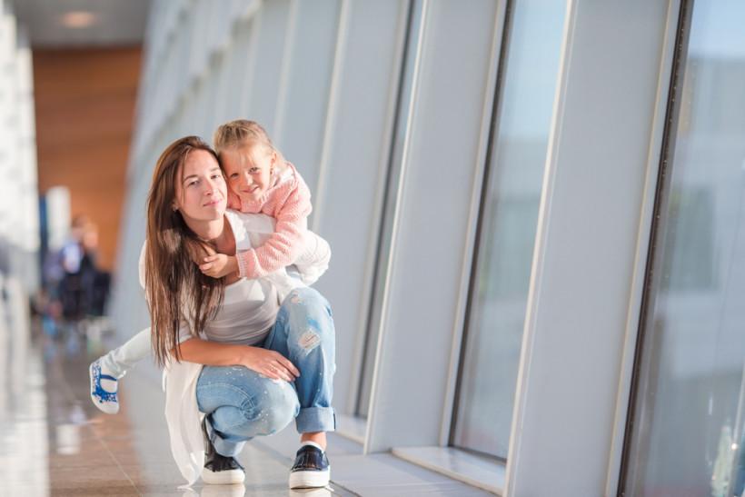 ребенок с мамой в аэропорту