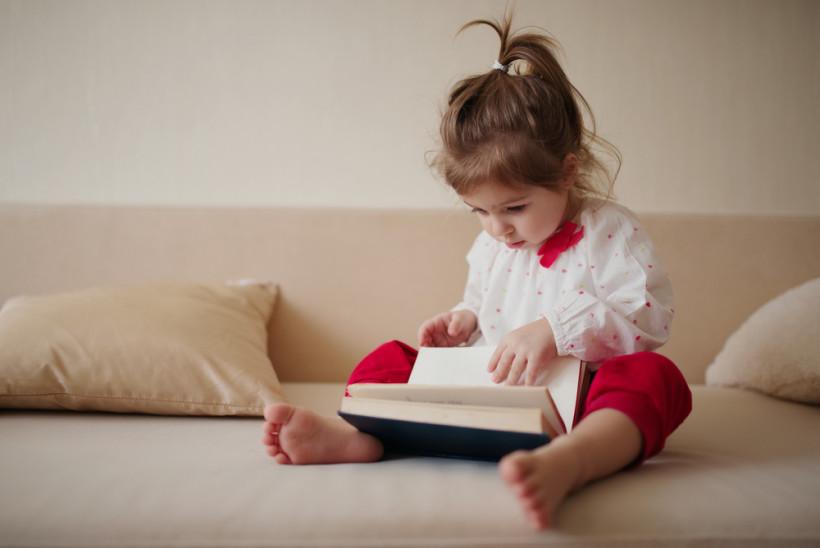 Девочка изучает книгу