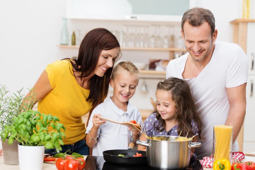 Семья готовит на кухне