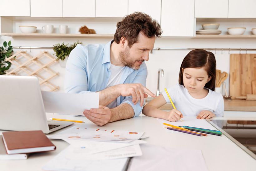 Папа учит дочку писать