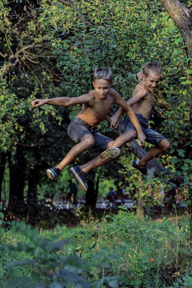 Дети Михаила Джамаля лазят по деревьям