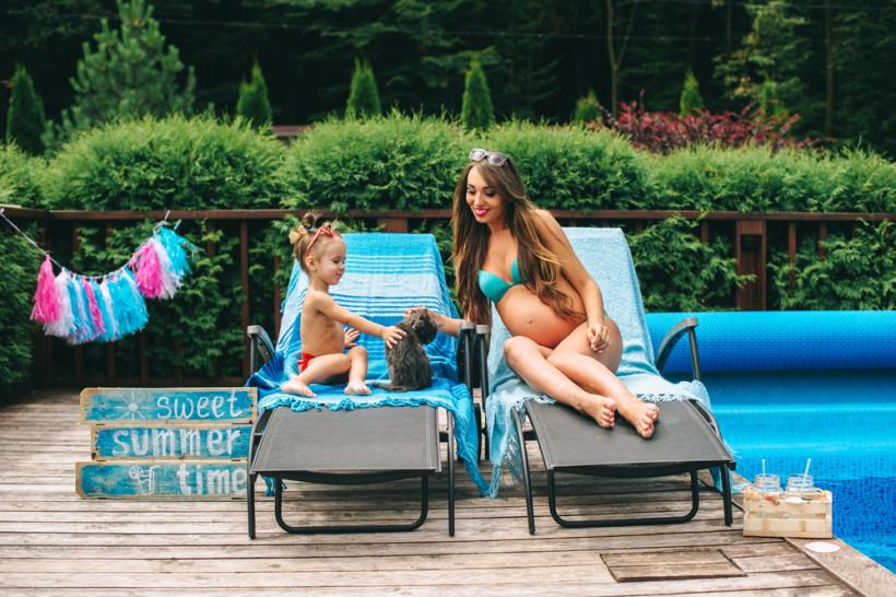 мама с дочкой возле бассейна