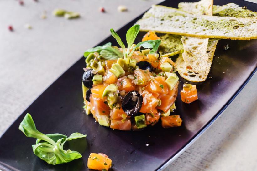 салат из лосося и авокадо