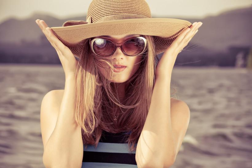 Девушка в шляпе с длинным волосами - уход за волосами летом