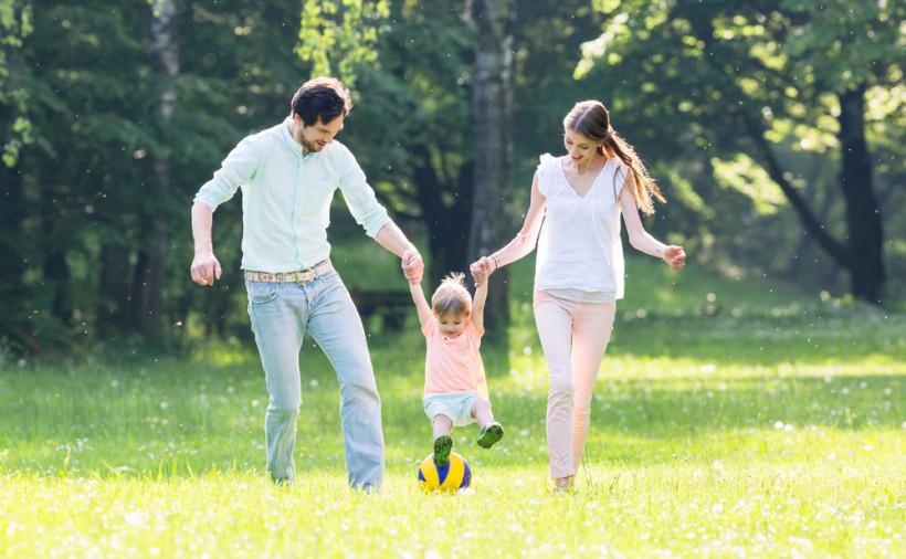 Семья на прогулке летом