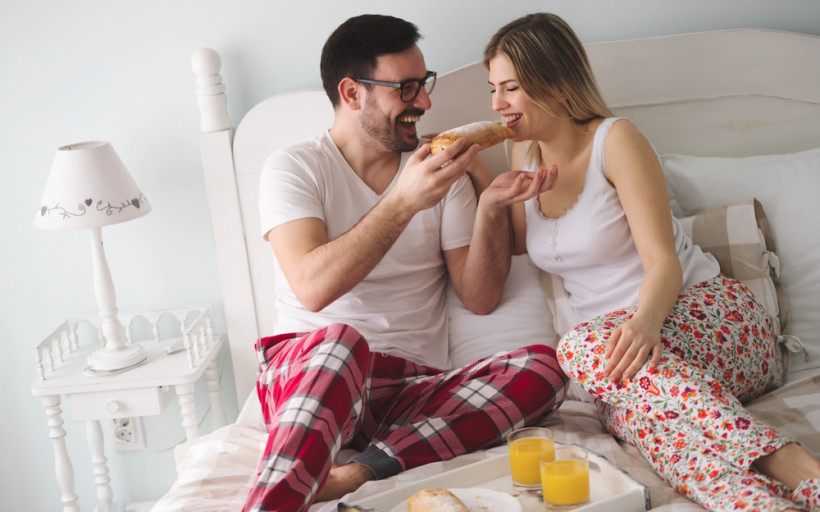 пара снідає