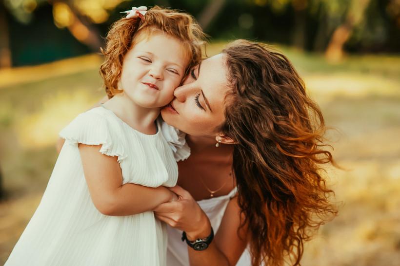 картинки поцелуя дочки с мамой