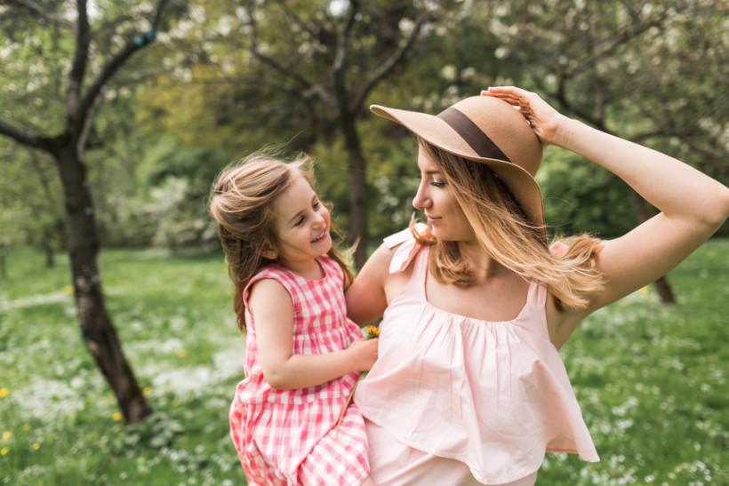 Мама с дочкой летом