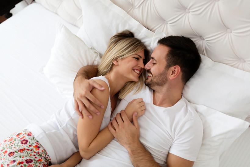 Счастливая пара в кровати