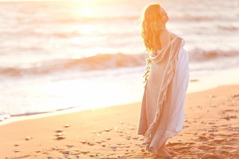 Беременная на берегу моря