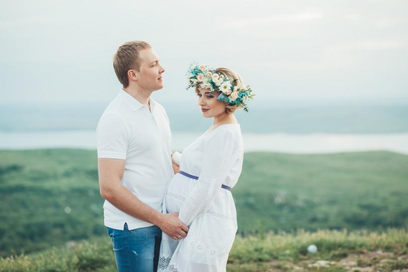 Беременная в белом платье с мужем