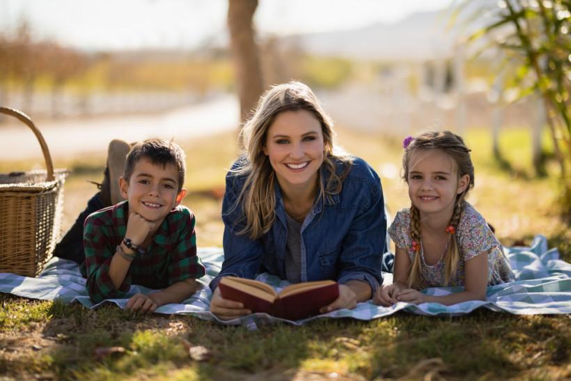 Счастливая мама читает с детьми