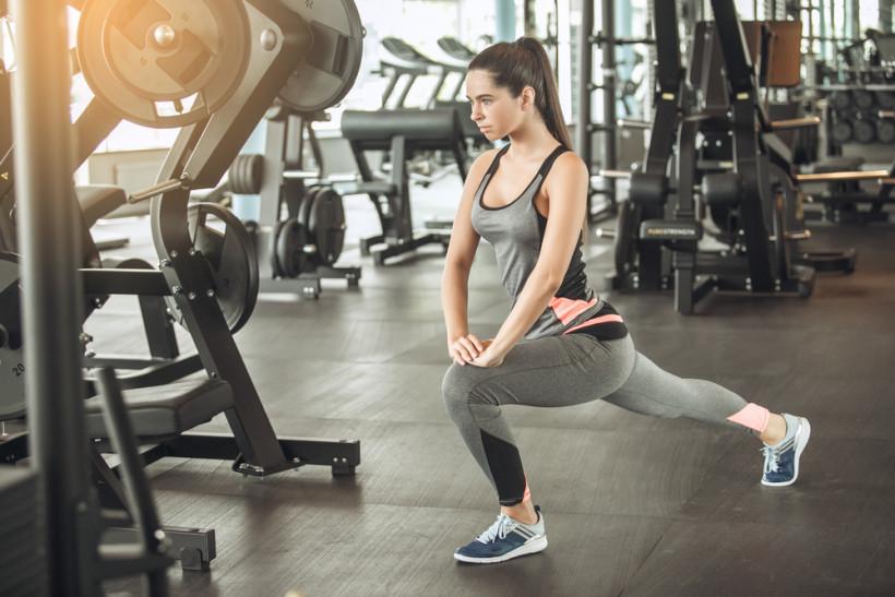 Девушка тренируется в спортзале