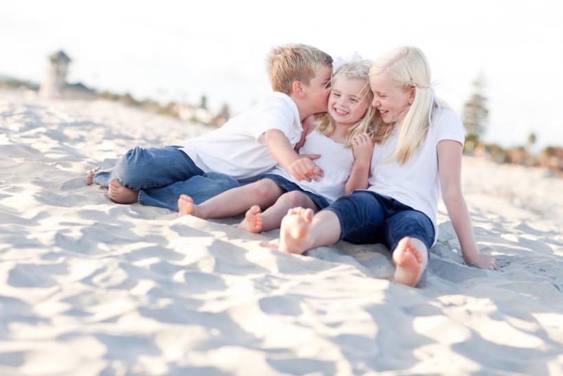 Дети целуются на пляже