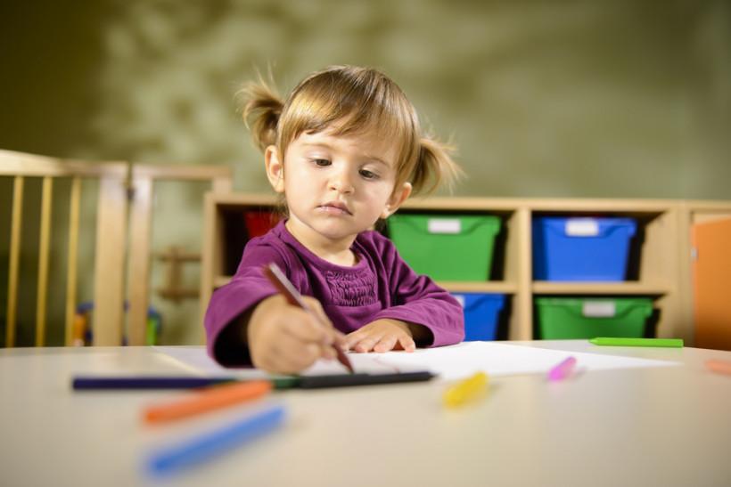 дівчинка малює