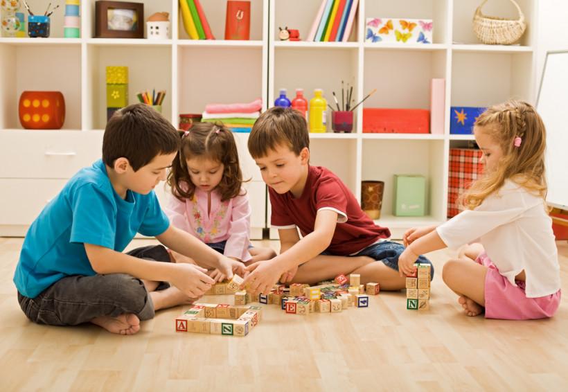 Детки играют в детскому саду