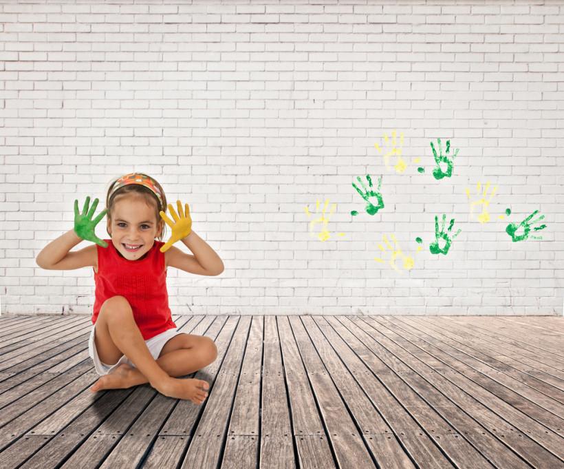 дівчинка з кольоровими долоньками