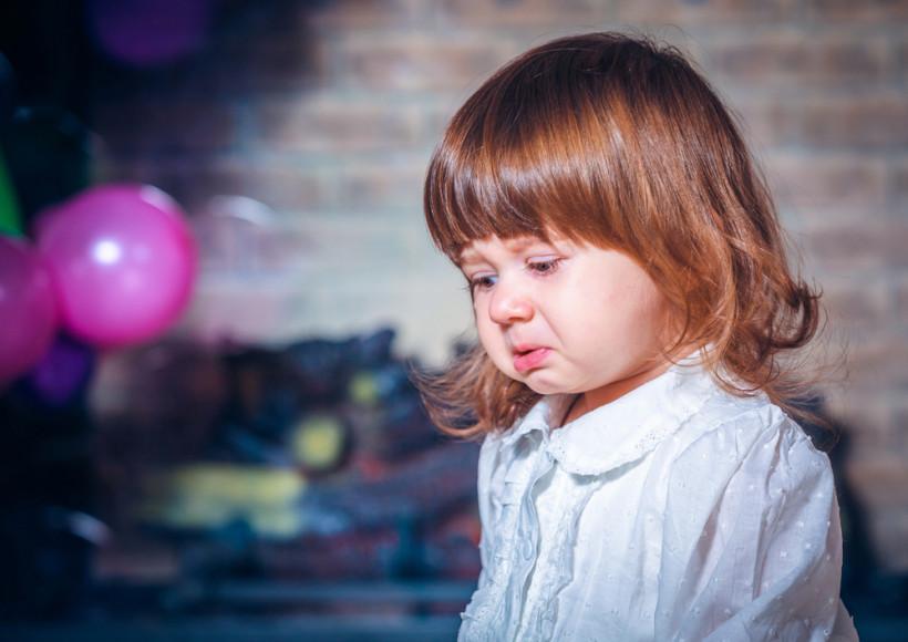 Девочка плачет на полу