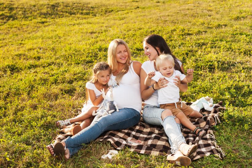 Мамы с детками на пикнике