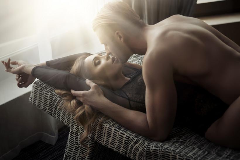 сексуальная пара в спальне