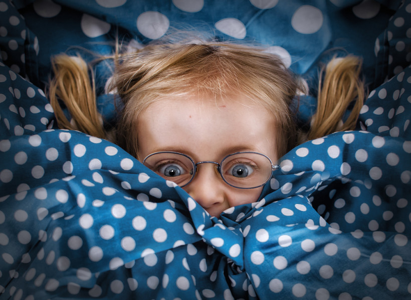 Детская интимность - девочка прячется