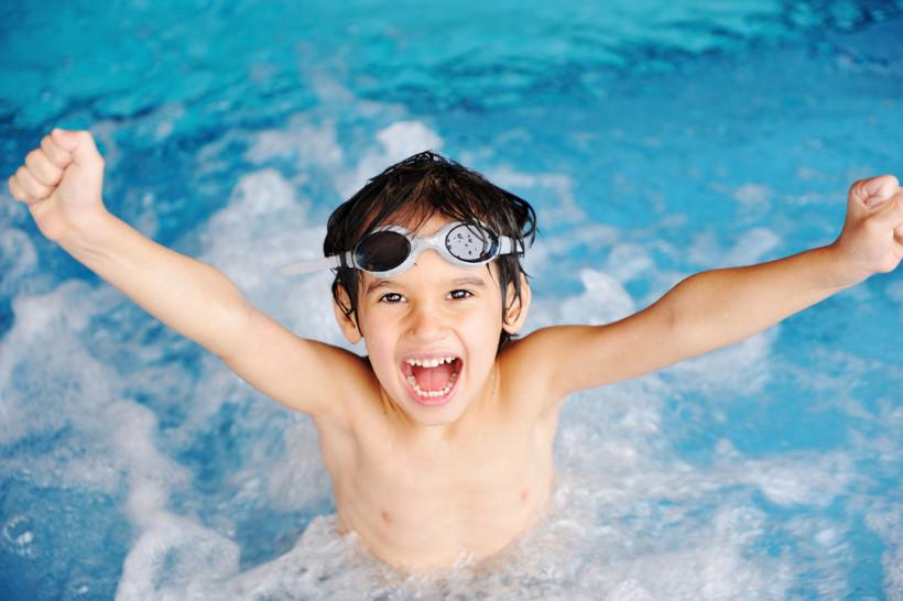 хлопчик у воді