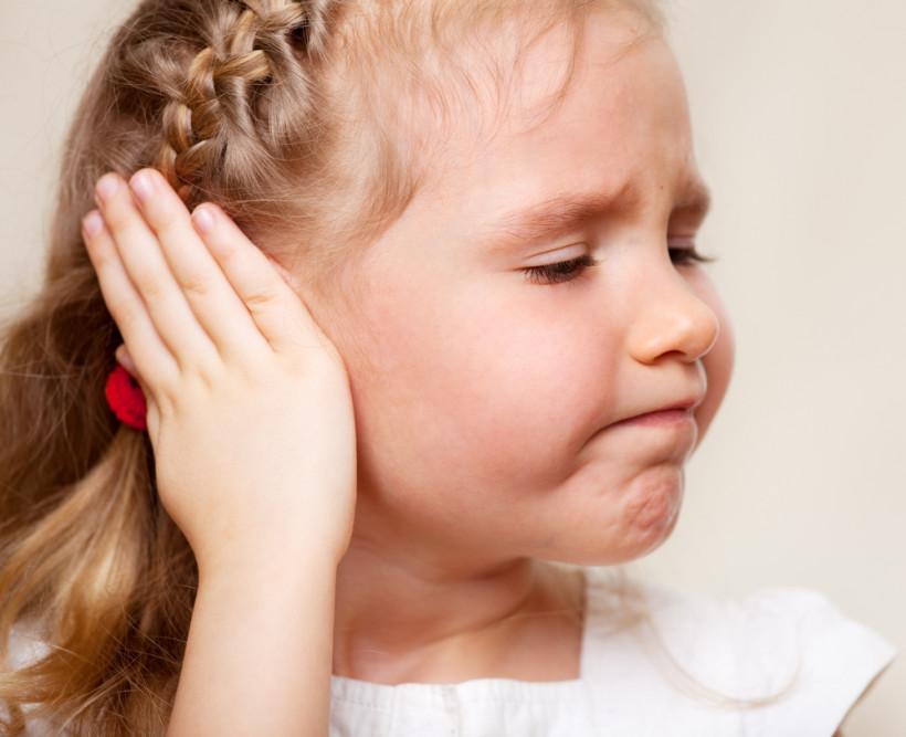Девочка не хочет слушать - закрыла уши
