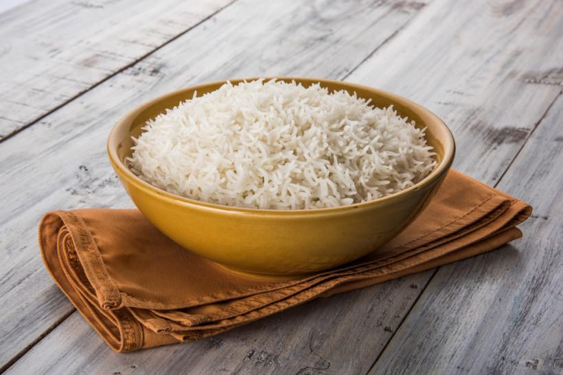 Рис в миске на столе