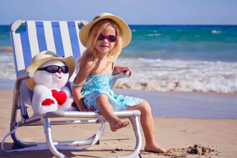 дівчинка на пляжі