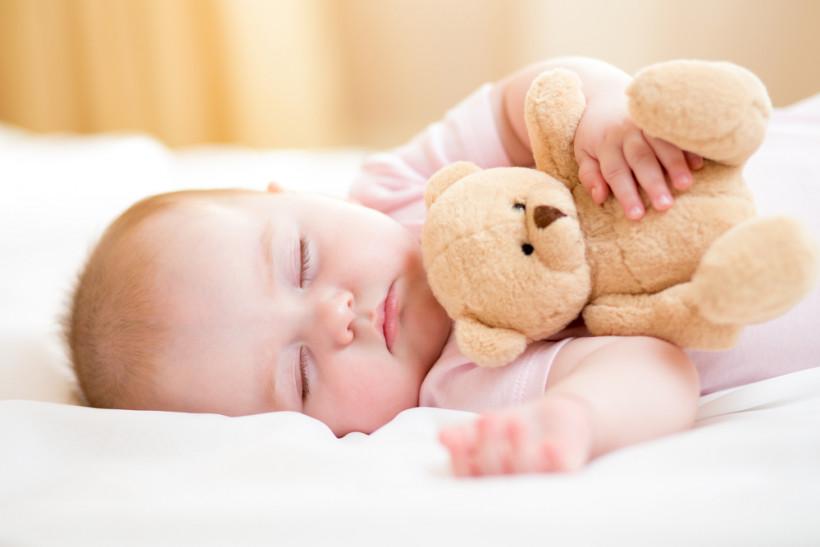 малюк спить