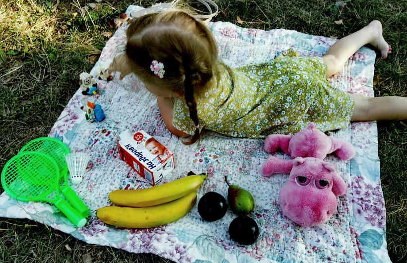 Девочка на пикнике
