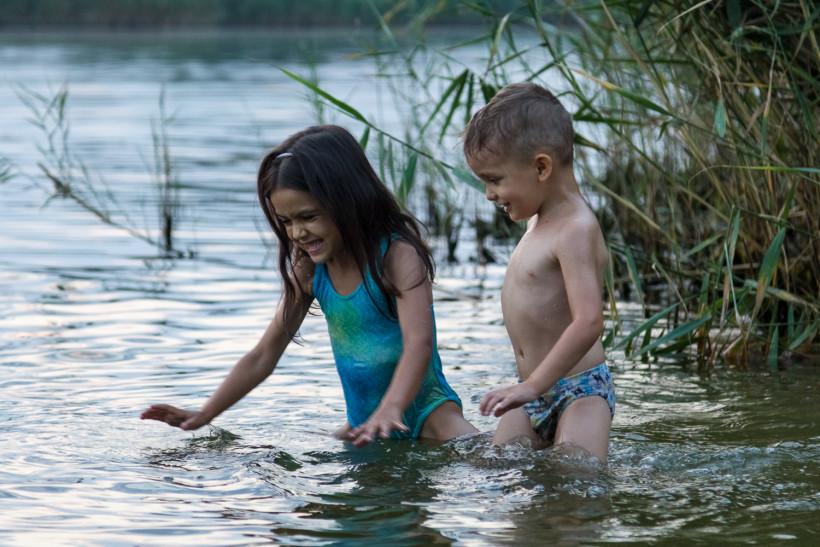 Дети купаются в речке
