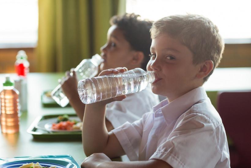 школьник пьет воду