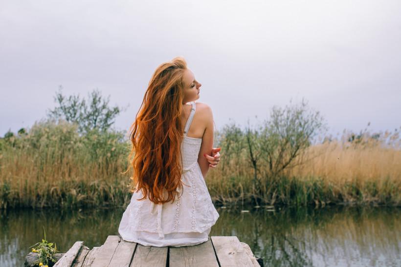 рыжая девушка возле озера