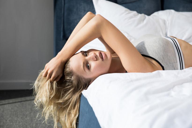 красивая женщина лежит в кровати