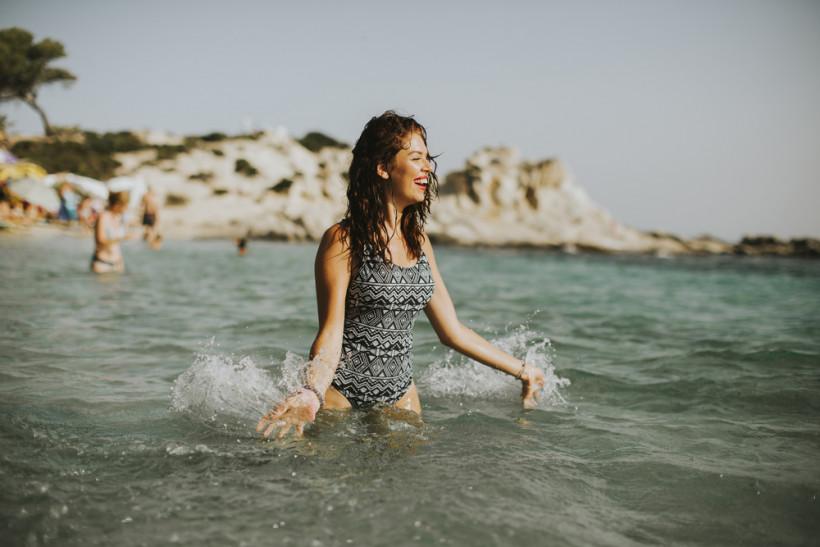 Девушка купается в море