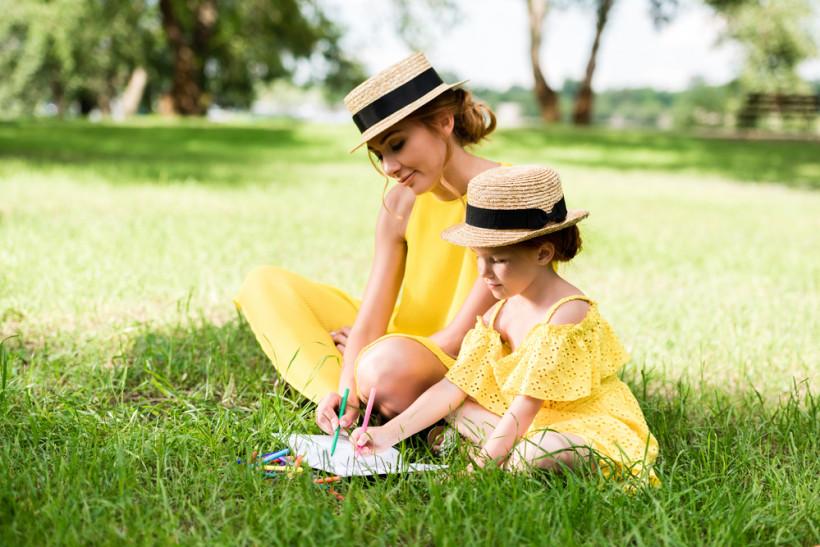 мама и дочка в одинаковых платьях