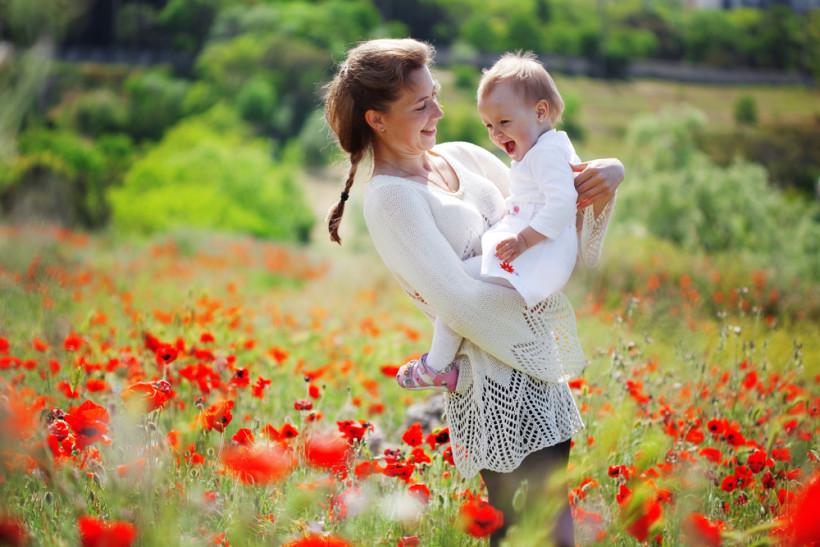 мама с ребенком на природе