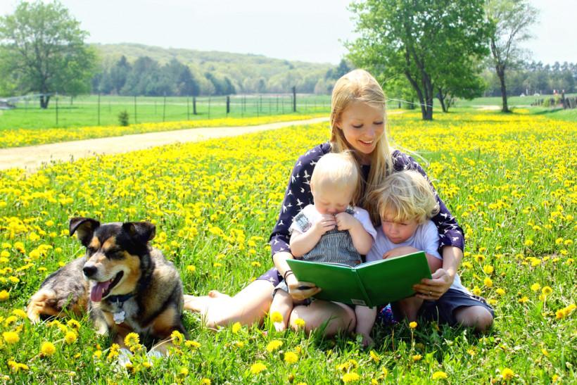 мама с детками читает