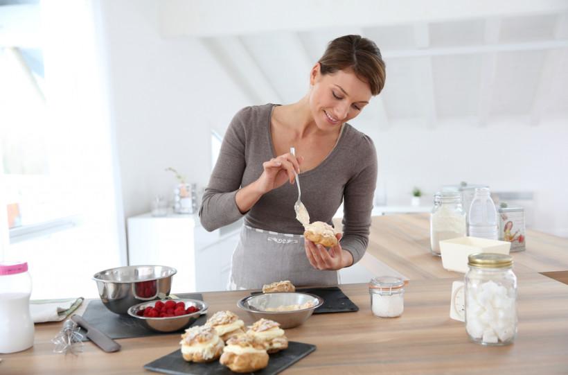 Женщина готовит десерт