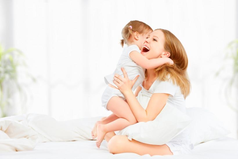 мама обіймає доньку