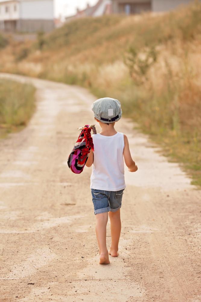 Ребенок уходит в даль - в садик