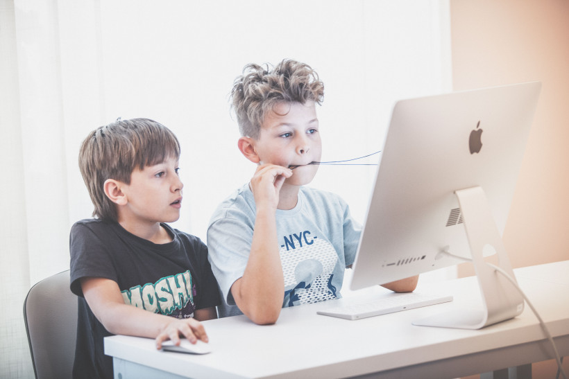 Ученики за компьютером ThinkGlobal