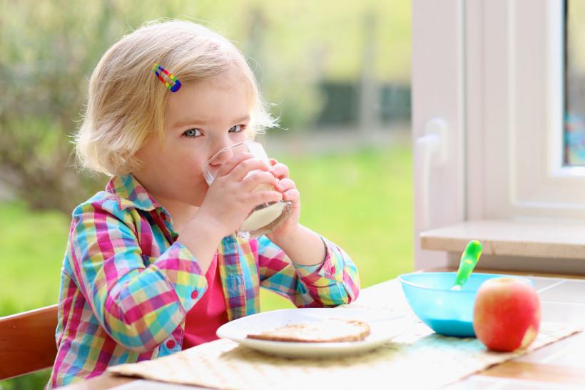 девочка обедает