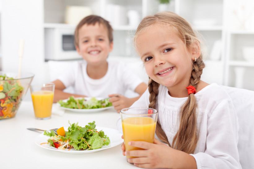 дети едят полезную еду